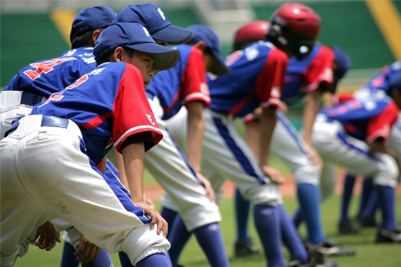 The kids spend more of their childhood playing baseball than studying. Talented and passionate about baseball, they bring their team to the County Little League Tournament finals.