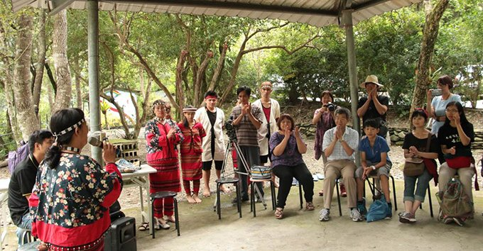 Local aboriginals showcase Seediq culture and traditional music to professors and students. (2014)