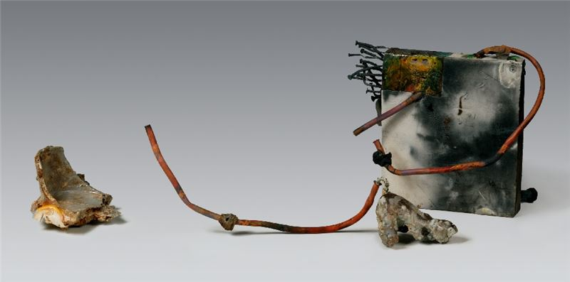 CHOU Pang-Ling〈All Whisper Deep Love〉2013 Clay, welded metals 26×72×39 cm Courtesy of the artist