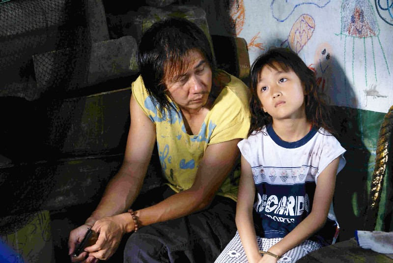 Wu-Hsiung raises Mei by himself and leads the difficult yet satisfying life of an underclass laborer.