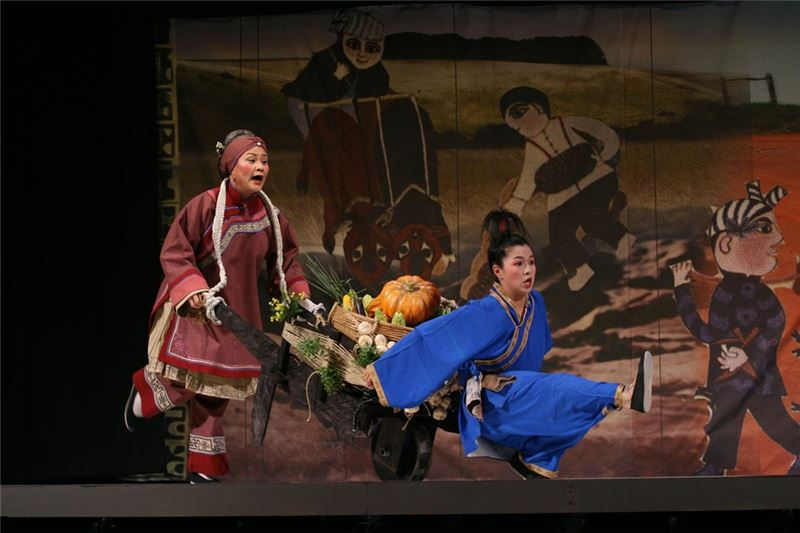A scene in Grand-aunty Liu in The Dream of the Red Chamber ( Wang Hai-ling as Grand-aunty Liu, and Zhang Yang-lan as Ban-er) (2006)