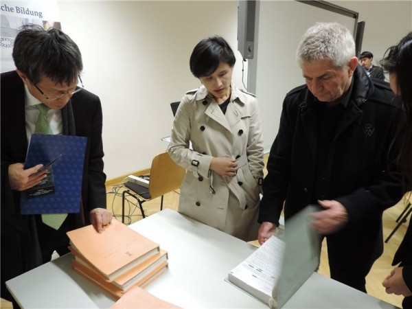 From left to right: Hsieh Jhy-wey, ROC Representative to Berlin; Culture Minister Cheng Li-chiun; and Roland Jahn, Federal Commissioner for the Stasi Records.