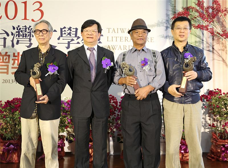 Li Qiao (left), Chen Li (right) and Auvini Kadresengan (second from right), winners of the 2013 Taiwan Literature Golden Classics Award, with Li Ruiteng (second from left), director of the National Museum of Taiwanese Literature. (Source: Central News Agency)