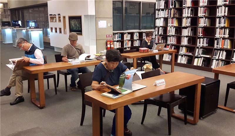 資訊中心讀者閱覽室