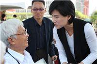 文化部長鄭麗君逐一向與會者握手致意
