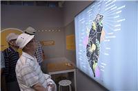 政治受難者參訪臺灣監獄島不義遺址特展,觀看全臺各地不義遺址地點標示。