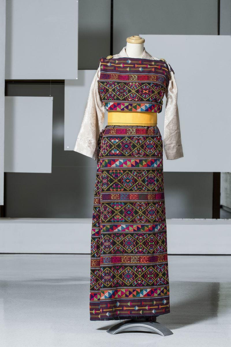 10 Kira:不丹婦女傳統手織服飾 (Handwoven silk 'Kira', with gold thread, BHUTAN)