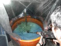 木藍攪拌、泡沫變化