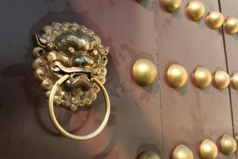 主堂體一樓銅門門環(徐文濤攝)