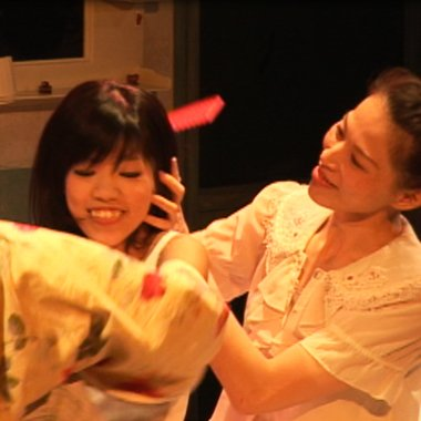 《吻在月球崩毀時》舞台劇,改編自周芬伶短篇小說〈世界是薔薇的〉(來源/台南人劇團)