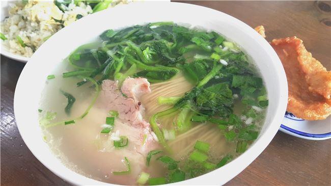 一碗簡單卻講究火候與湯頭的燉肉麵, 餵飽了旅人的體力與心靈