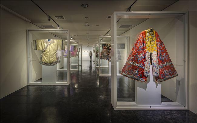 張信哲將自己收藏多年的清朝服飾拿出來展示。