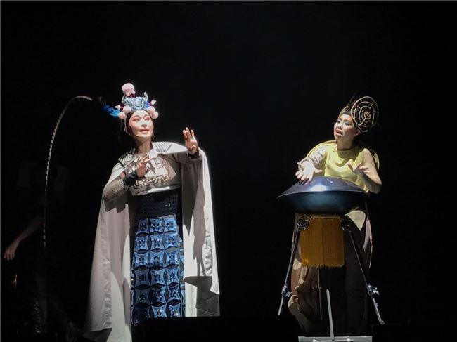 負責演出京劇「木蘭」的朱勝麗臺下刻意養足情緒,一站上臺,一個眼神、一個走位就抓緊臺下觀眾眼球,表現相當出色。