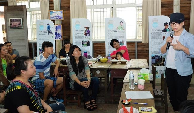 龍部長與十餘位返鄉社造青年對話交流。