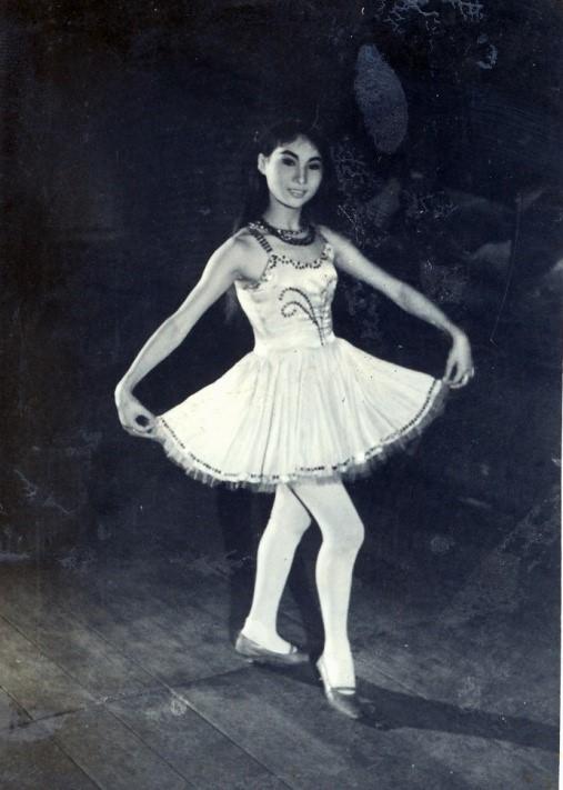小咪遇見巡演中的芸霞時,個兒矮小,身形異常單薄,劇團差點就不要她了。 圖為她穿著她在芸霞代唱,首次以「小咪」之名出場亮相時的衣服。