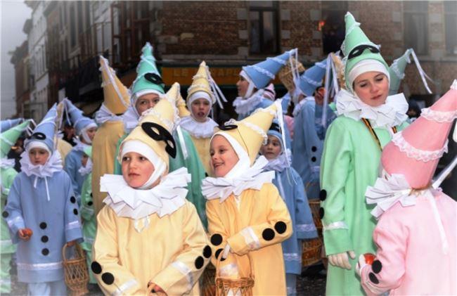 圖五  孩童扮演幻想丑角,在遊行隊伍中分贈橘子