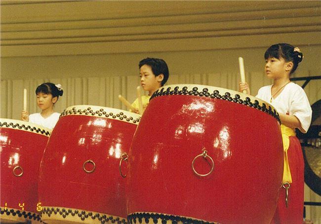 六歲時參與十鼓擊樂團演出。