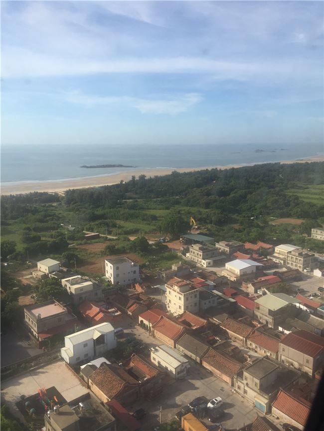 大海的霧藍與老屋的磚紅,是從空中俯瞰的金門的顏色。