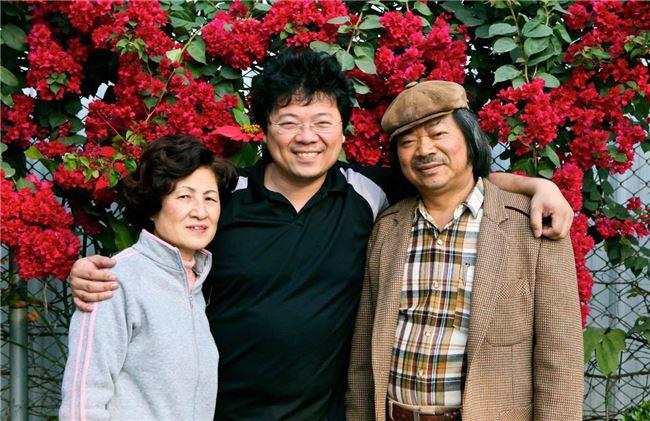 音樂家李哲藝與雙親合影。