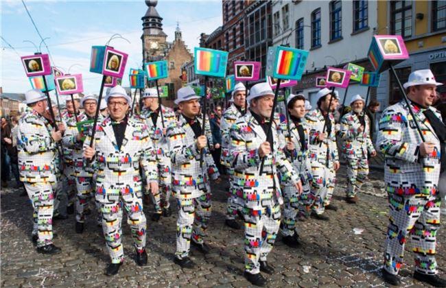 嘉年華第一天是創意造型大遊行,民眾成群結隊展示秘密籌畫多時的酷炫造型