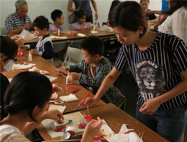 姊姊宛瑩負責舉辦各類工作坊,因為紙紮包含了相當多的技藝,因此工作坊從傳統花燈到紙紮馬種類相當豐富。(新興紙糊店提供)