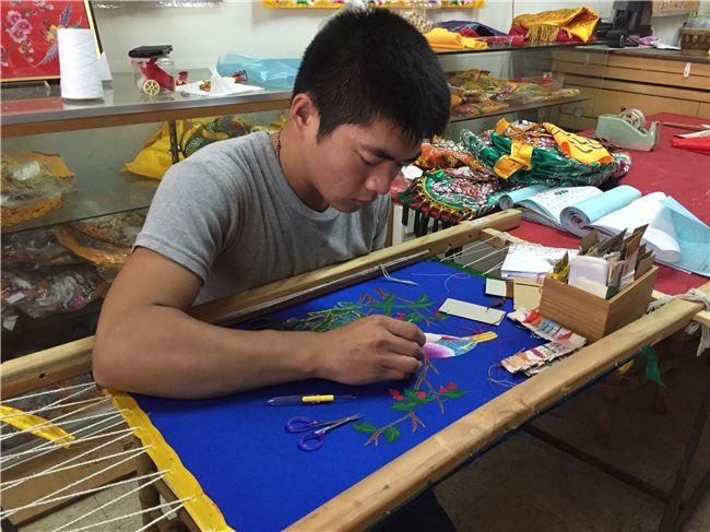 前來拜師學藝的21歲大男生蔡宏彬,才一個月就能將花鳥圖繡得栩栩如生
