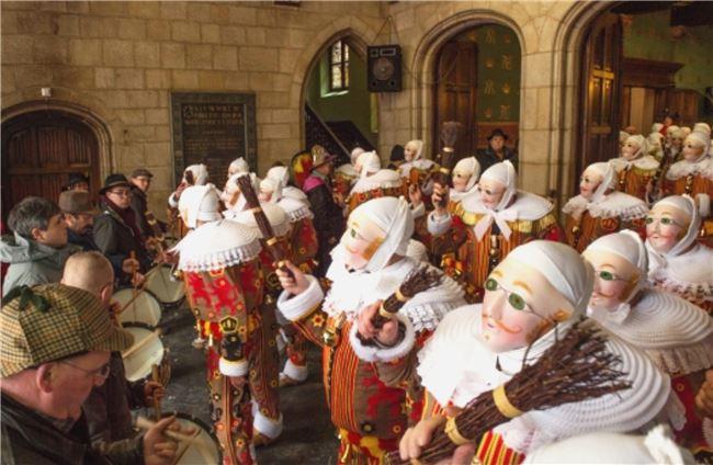 圖四  吉勒是嘉年華的主角,象徵著榮譽,在鼓樂的節奏中跳起獨特的舞步