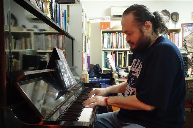 鋼琴也彈的很好的謝宇威幫助他自創作。