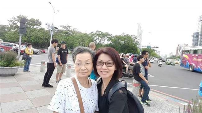 石惠君與母親金寶感情至深,常常帶著年邁已高的母親出遊。
