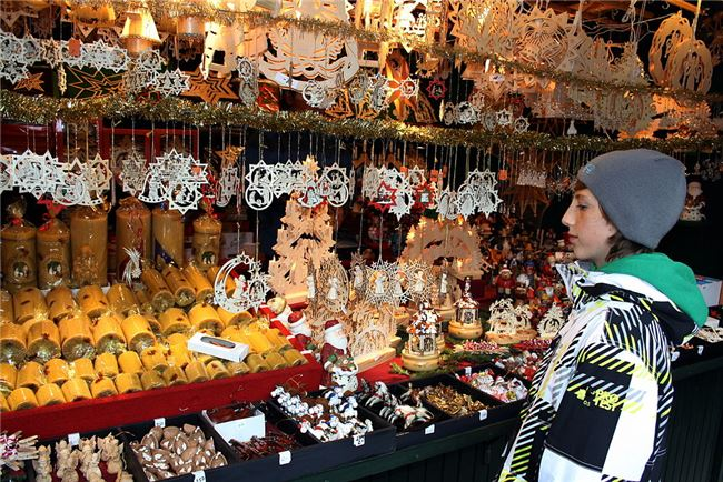 玲瑯滿目的耶誕裝飾是市集上的主角