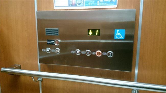 電梯內有語音引導、輪椅專用按鈕