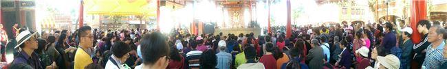 傳藝中心內的文昌戲臺前面大批民眾等看北管戲。