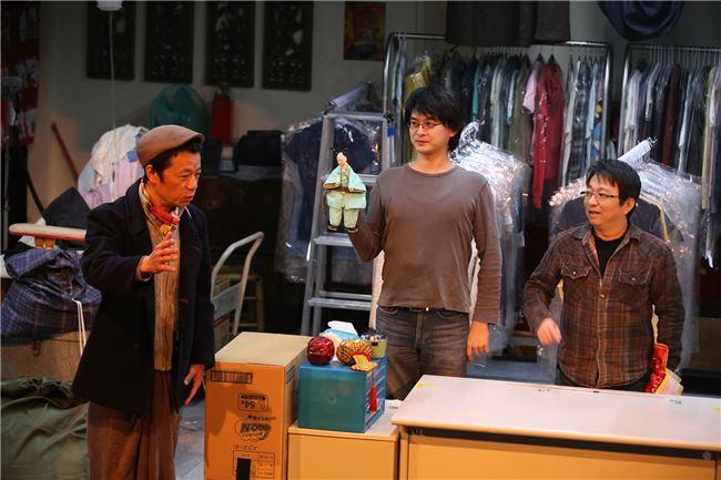 4.王嘉明近作《聊齋─聊什麼哉?》將洗衣店生活場景融入布袋戲舞台。(山宛然提供)