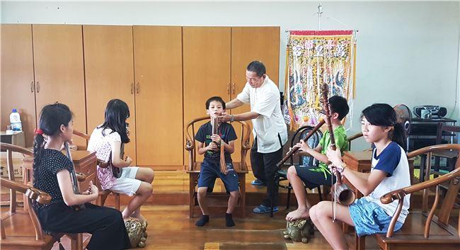 張伯仲老師十多年來以一貫的規矩要求喜聲社的學童。