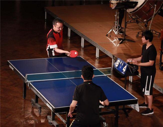 鍾耀光(左)與北市國音樂家林恩緒對打,兩人表現不俗。