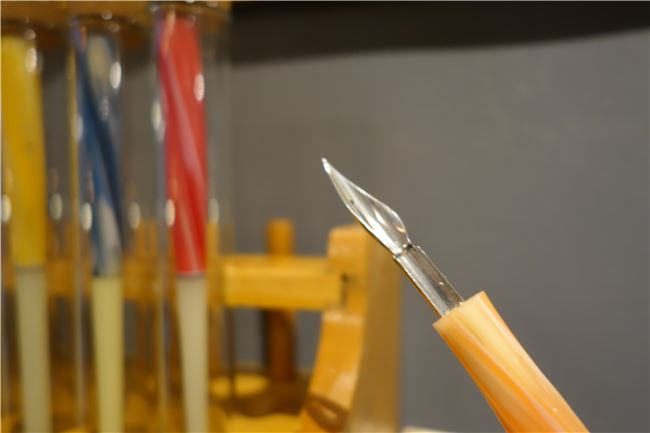 沾水筆是鋼筆的前身,圖中為過去常見的賽璐珞迷幻七彩沾水筆。