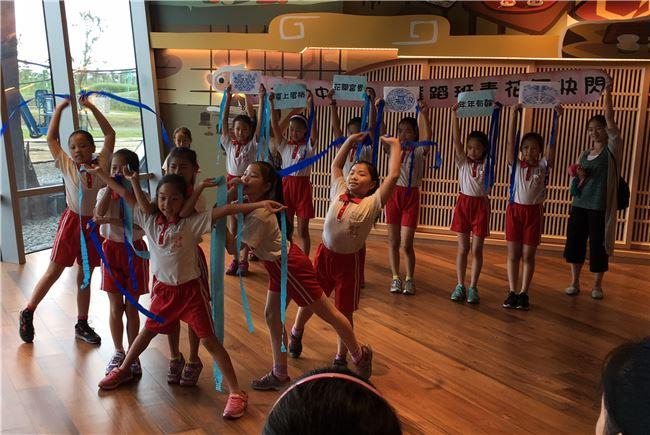 國小組優勝的新北市立鶯歌國小劉美玲老師,結合視覺與表演藝術,設計「舞青花」課程,帶領學生將瓷器上的流線圖案,幻化為藍色彩帶舞,以舞蹈的方式呈現文物之美!