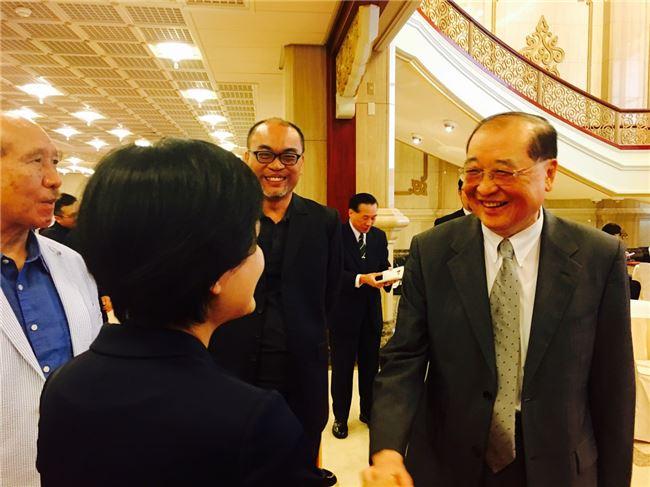 準文化部長鄭麗君(背對鏡頭者)與即將卸任的文化部長洪孟啟兩人互動熱絡,相互勉勵,也創下文化部會不同黨派首長交接少見的「表裡和諧」。