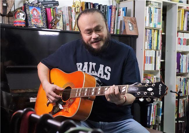 謝宇威喜用吉他唱自己創作的歌。