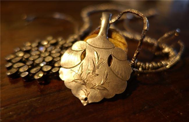 清代銀片配上西方的月光石,吳建緯混搭出新潮的時尚美感。