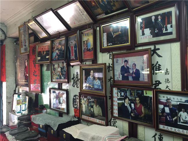 陳嘉德曾獲得第十屆全球中華文化藝術薪傳獎的民俗工藝類獎項肯定,牆上也掛滿了獎狀與殊榮。