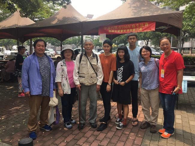 民49年參賽李進安老師(左三)與工作人員合影