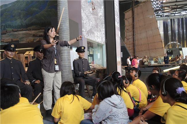 活動中會由導覽人員引導,提出具歷史性及啟發性元素、事件等學習目標,並穿插運用實體物件,讓學生在參觀時利用現場展示及說明,深入觀察及了解臺灣歷史。