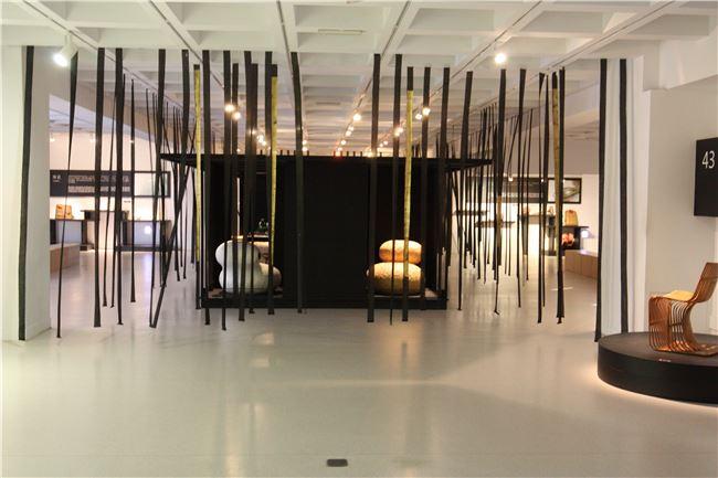 2F-Yii展區-展區整體以長條流動之布線為外圍設計,略帶神秘之美
