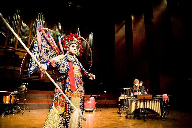 朱團《披京展擊》首度將打擊樂與京劇結合。