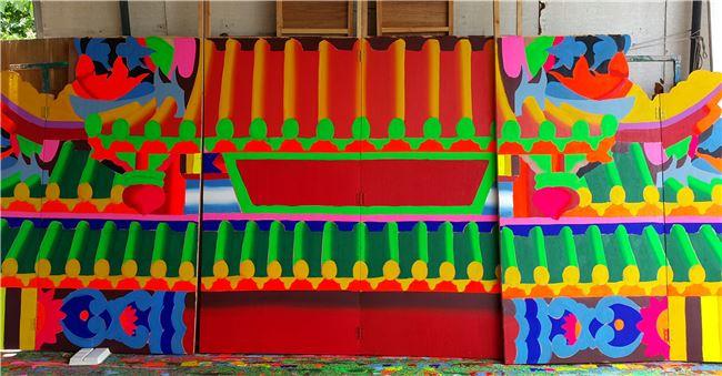 剛剛完成打底的布袋戲棚色彩斑斕。