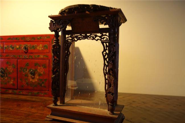 問起吳建緯上百件收藏中他覺得最有意義呢,他端出爺爺的神龕,乘載了家族過去的歷史。
