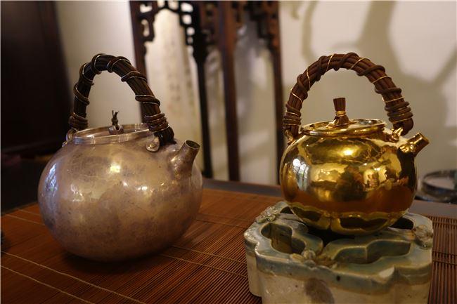 老師用兩個日本工藝師手工打製的茶壺解釋清雅與艷麗的美感差異,右邊小壺雖是全金,然而簡單的造型卻不會讓人有俗艷之感,有道「崖山之後無華夏,明亡之後無中國」清朝的張揚華麗與古代文人的美學是截然不同的。