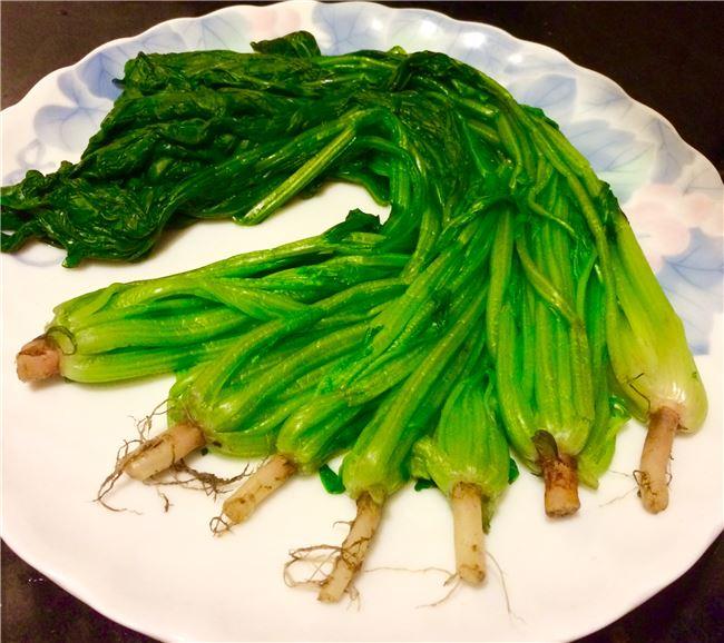 家庭裡如果有小孩,就會選較小株的菠菜。有人也特別選紅根菠菜(即古稱赤根菜),以沾點紅色的喜氣。