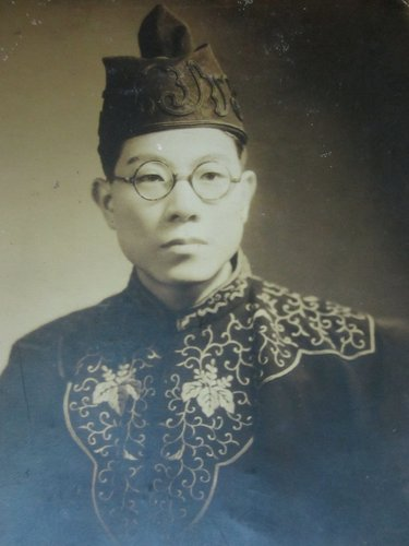 王育霖身著法袍的個人照,確切拍攝時間不明,推測攝於 1944 年京都任官時。(圖片來源,授權:Public Domain)